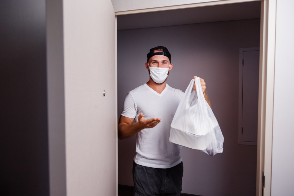 Dieses Bild hat ein leeres Alt-Attribut. Der Dateiname ist deliver-man-holding-plastic-bag-with-food-1024x683.jpg